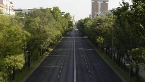 Paseo de la Castellana sin apenas vehículos ni personas, ayer.