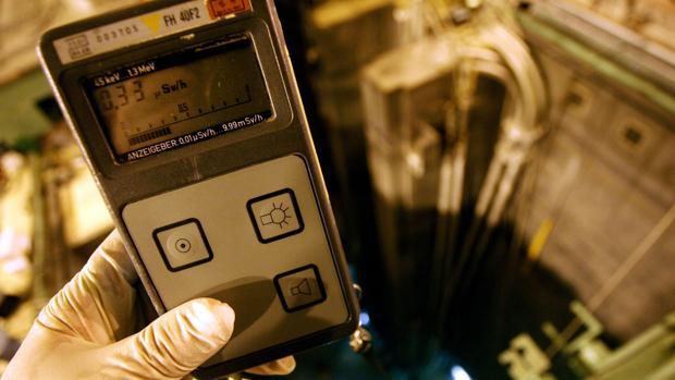 Medidor de radiactividad en un laboratorio con equipos radiológicos