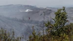 Un helicóptero durante las labores de extinción del incendio