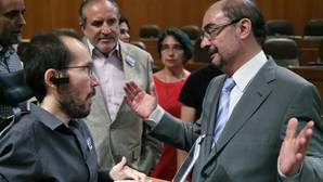 Javier Lambán (PSOE) y Pablo Echenique (Podemos), en las Cortes de Aragón