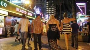 Imagen de archivo de turistas paseando por Alicante