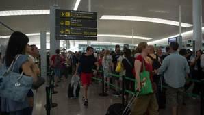 Kilométricas colas en los controles de seguridad del Aeropuerto de Barcelona- El Prat durante las jornadas de huelga