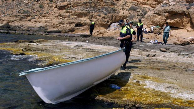 Imagen de archivo de un agente de Policía con una embarcación en Torrevieja