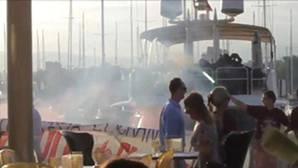 Activistas antisistema se plantan ante un restaurante del puerto de Palma