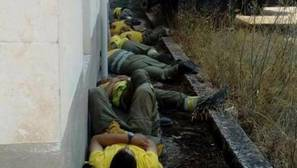 Bomberos del incendio de Yeste descandando tras el duro trabajo
