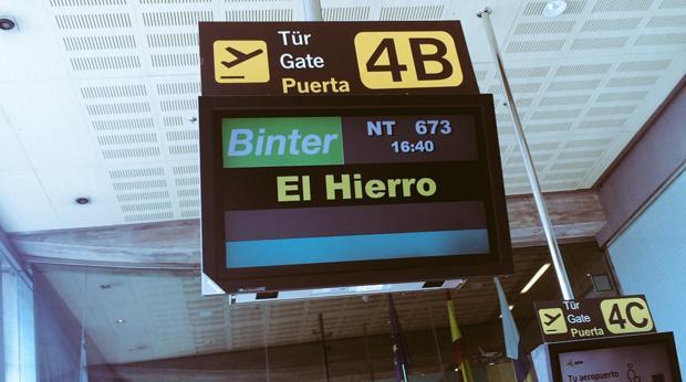 Embarque de Binter Canarias para ir a El Hierro, donde su capital es Valverde (CC), en el ojo de PP y PSOE