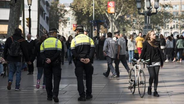 Una pareja de agentes de la Guardia Urbana de Barcelona