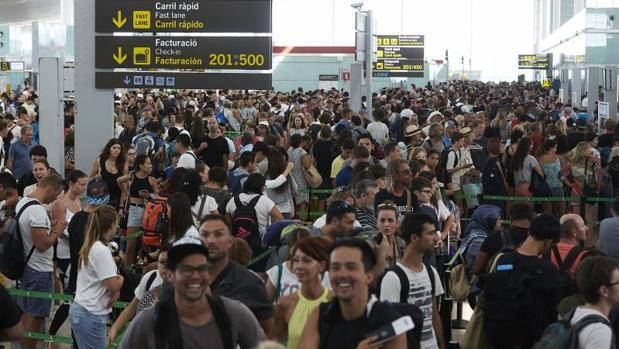 Colas en la Terminal 1 de El Prat, esta mañana