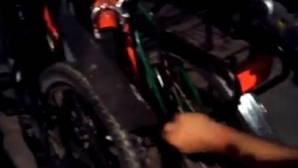 Momento en el que aklguien pincha las ruedas de las bicicletas para turistas, anoche