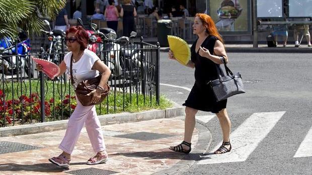 Imagen de archivo de dos mujeres con abanicos en el centro de Valencia