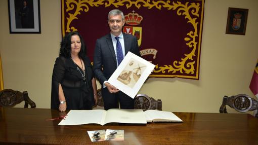 Álvaro Gutiérrez con la alcaldesa de Camuñas, Carmen Cano