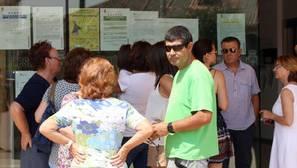 Concentración ante el Ayuntamiento de Pedrajas de San Esteban (Valladolid), de donde es natural la madre de la pequeña fallecida