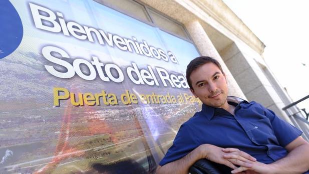 Juan Lobato, el alcalde del pueblo, en el balcón de su despacho