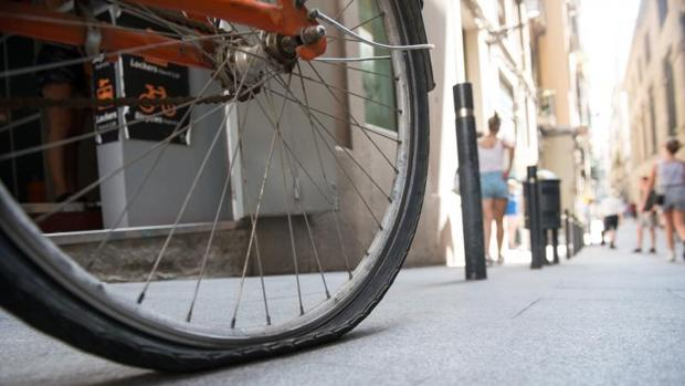 Detalle de una de las bicis pinchadas por los vándalos esta semana en Barcelona