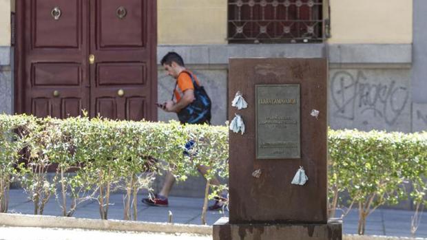 El pedestal del homenaje a Clara Campoamor, vacío esta semana