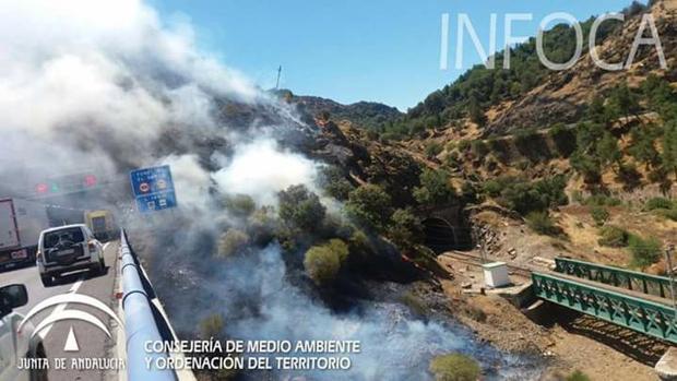 El incendio, ya controlado, en una imagen de la Junta de Andalucía
