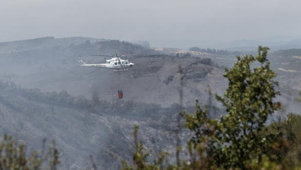 Los servicios de extinción, trabajando en las primeras horas tras declararse el incendio en Pino del Oro