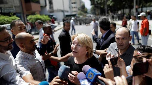 Luisa Ortega atiende a los medios en las calles de Caracas
