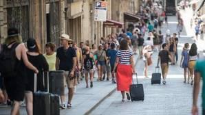 Grupos de turistas desfilan por las calles del centro de Barcelona, esta semana