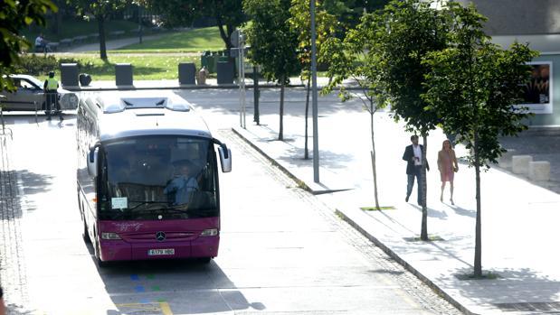 Un autobús circula por las calles el centro de Santiago de Compostela