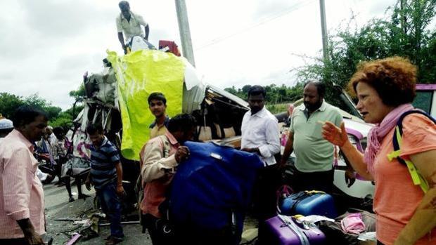 Momentos posteriores a la colisión del microbús en el que viajaban los españoles fallecidos