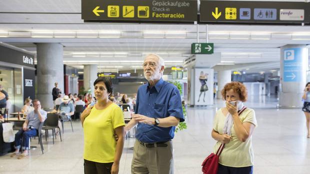 El director general de la Fundación Vicente Ferrer, Jordi Folgado Ferrer, junto a dos de las seis heridas del accidente