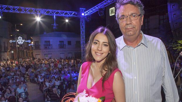 Gustavo Figueroa posa con la Reina Juvenil Ana María Rodríguez