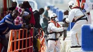 Rescatada una patera con 53 personas en el mar de Alborán