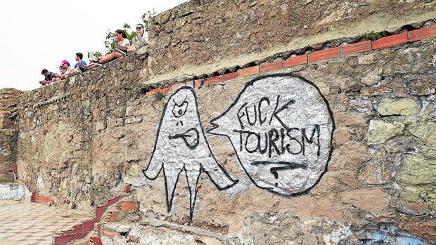 Pintada contra el turismo en el búnker del Turó de la Rovira, uno de los mejores miradores de Barcelona
