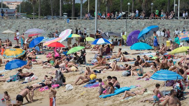 Turistas en una playa de Barcelona