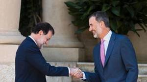 Mariano Rajoy, saludando a Felipe VI en su llegada a Marivent