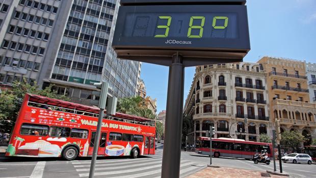 Imagen de archivo de un termómetro en el centro de Valencia