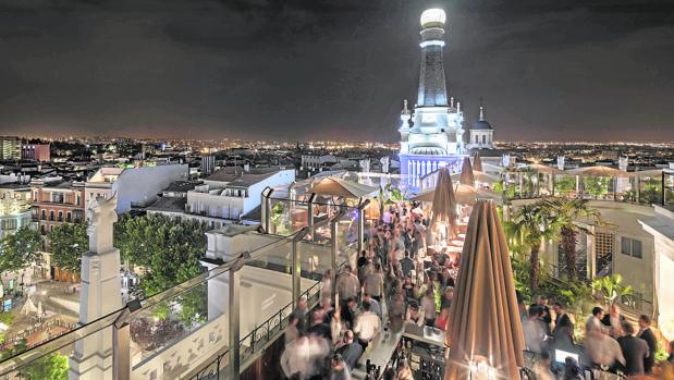 La del Radio ME Madrid Rooftop Bar tiene lounge, club, bar y restaurante