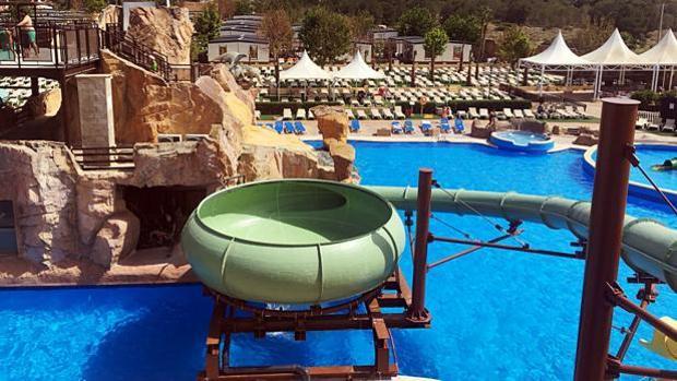 Vista panorámica del parque acuático del Hotel Resort Robin Hood en Benidorm