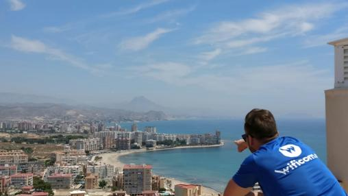 Un empleado de Wificom señala una zona costera de Alicante
