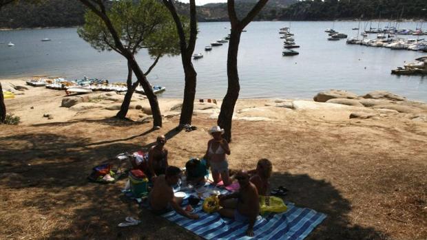 Una familia descansa junto a la conocida como «playa de Madrid»