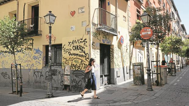 Pintadas en la fachada de una casa del barrio de Malasaña