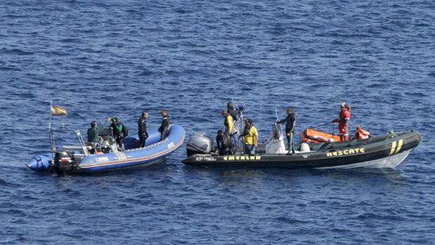 Efectivos de Salvamento Marítimo y Guardia Civil, durante un rescate