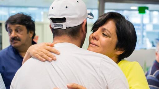 Uno de los supervvivientes se abraza a su familair a su llegada al aeropuerto