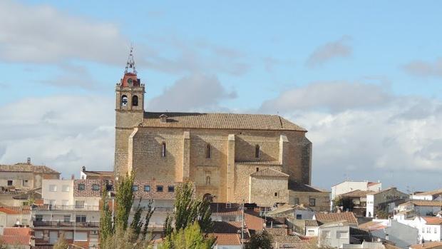 Fachada principal de la iglesia de Horcajo