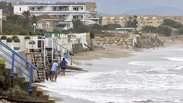 Imagen de la playa de Denia este jueves tras el temporal