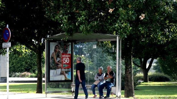 Usuarios del transporte por autobús, en una parada en Santiago de Compostela