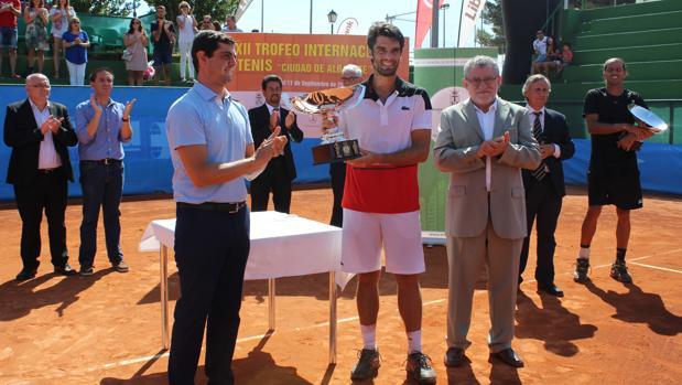 Pablo Andújar, ganador del torneo en 2016 junto al consejero de Deportes, Ángel Felpeto