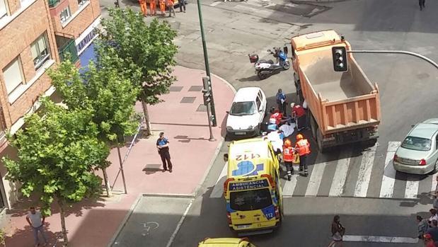Efectivos del 112 atendiendo a la mujer atropellada por el camión