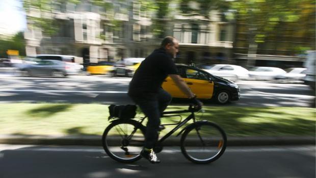 Una bicicleta, circulando por Barcelona