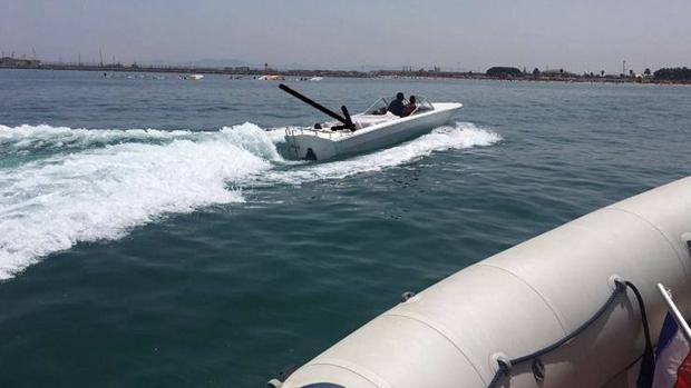Una embarcación de recreo traslada a varios inmigrantes ocultos bajo la lona