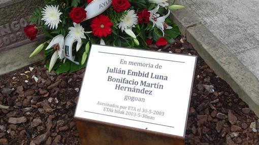 La placa homenaje en Sangüesa a víctimas de ETA
