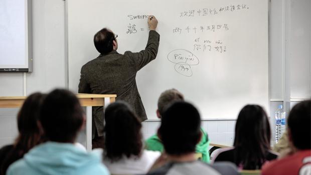Imagen de archivo de un profesor en un instituto de Valencia