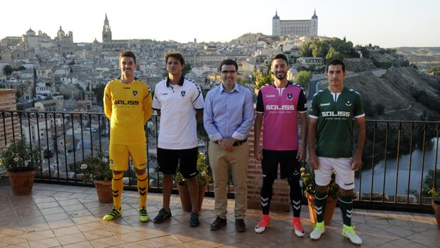 Cuatro de los jugadores, junto al presidente Fernanco Collado, en la presentación