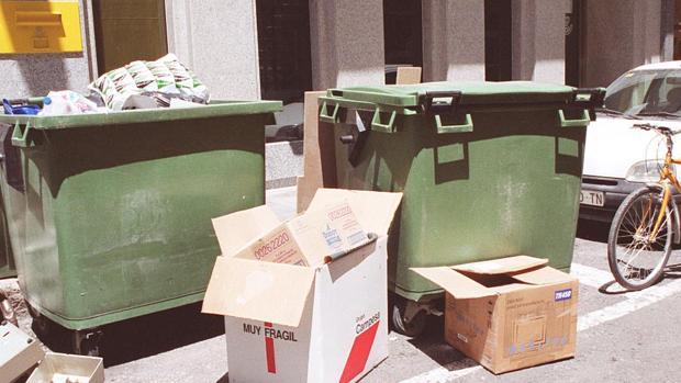 Imagen de archivo de dos contenedores de basuras en Alicante